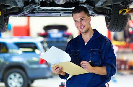 Mechaniker , der an Auto in der Autowerkstatt arbeitet