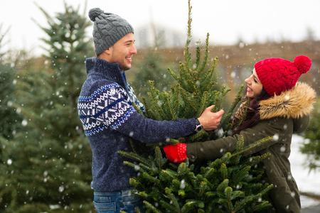 クリスマスツリーを購入するカップル