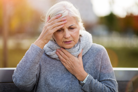 Femme aînée souffrant d'un mal de tête Banque d'images