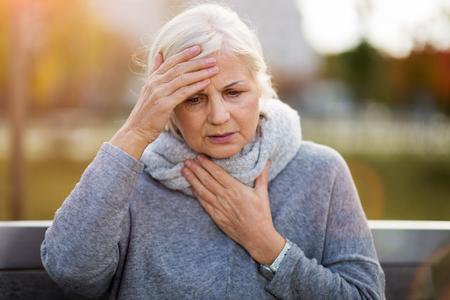 Mujer mayor, sufrimiento, de, un, dolor de cabeza Foto de archivo