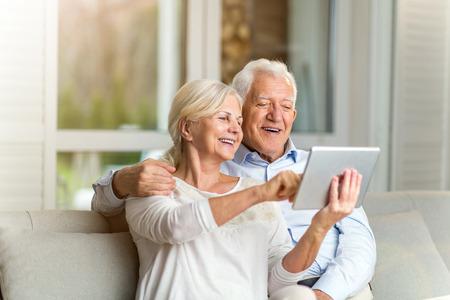 Pareja mayor, utilizar, tableta digital, en casa