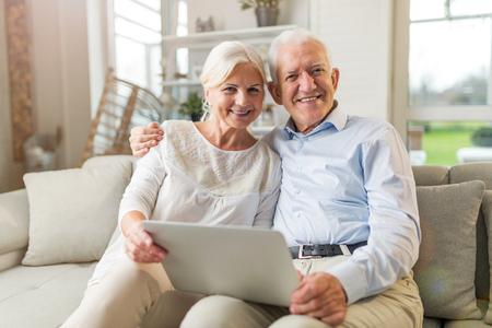 Pareja mayor, utilizar, computadora de computadora portátil, en casa