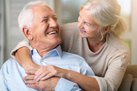 Ritratto di una coppia di anziani che si rilassa a casa Archivio Fotografico