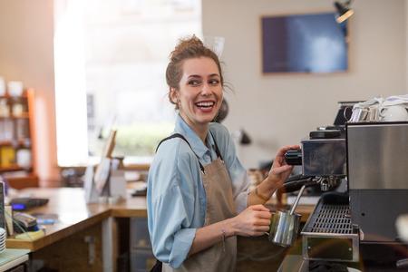 Femme travaillant dans un café Banque d'images