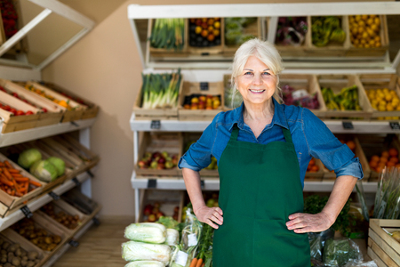 Femme âgée travaillant dans une petite épicerie