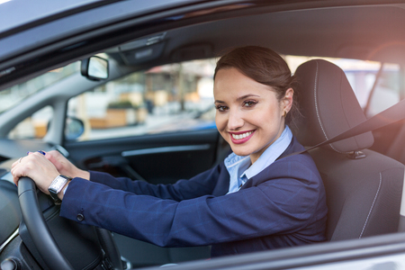 Mujer de negocios, conducir un coche