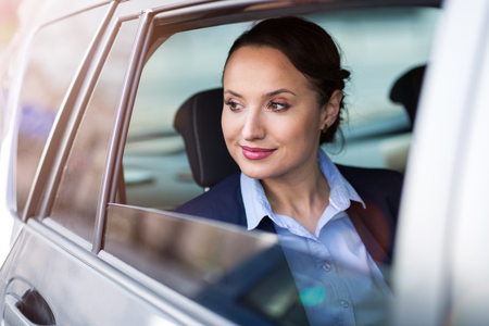 Jeune femme d'affaires dans un taxi