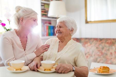 Femme âgée passant du temps de qualité avec sa fille Banque d'images