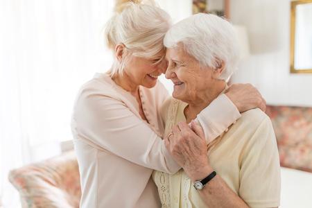 Donna anziana che trascorre del tempo di qualità con sua figlia