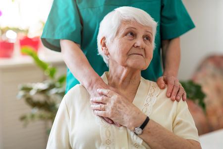 Senior vrouw met haar vrouwelijke verzorger Stockfoto