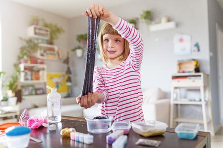 Petite fille faisant un jouet de slime fait maison Banque d'images
