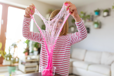 Little girl making homemade slime toy Banque d'images