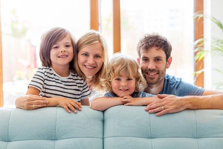 Familia joven feliz con dos hijos en casa