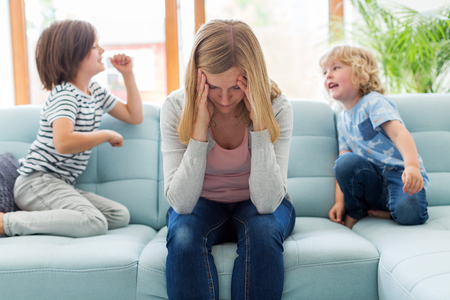 Frustrated mother with children Stockfoto