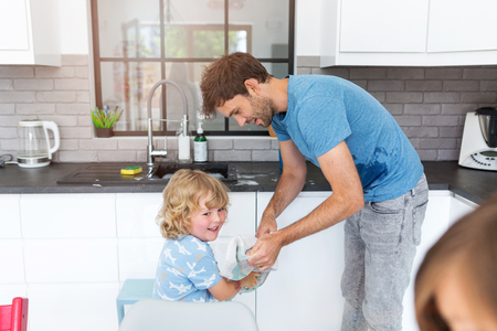 Father and son in kitchen Stockfoto
