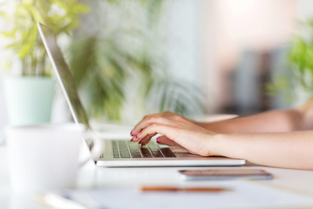 Close-up of hands of a woman working on a laptop Stockfoto