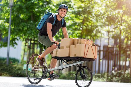 Fahrradkurier, der eine Lieferung durchführt