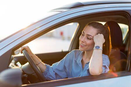 Femme voyageant en voiture