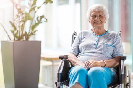 Portrait of an elderly woman sitting in her wheelchair Imagens