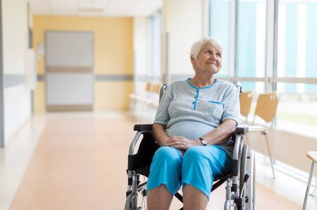 Mujer mayor, sentado, en, ella, silla de ruedas