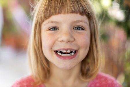 Portrait of a smiling little girl with braces Stockfoto