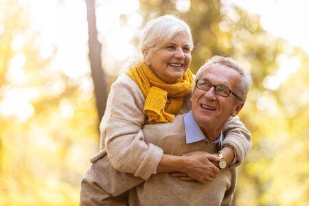 Happy senior couple in autumn park Imagens