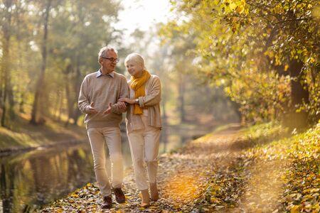 Feliz pareja senior en el parque otoño