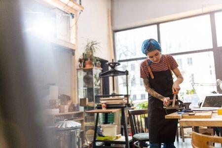 Schreinerin in ihrer Werkstatt