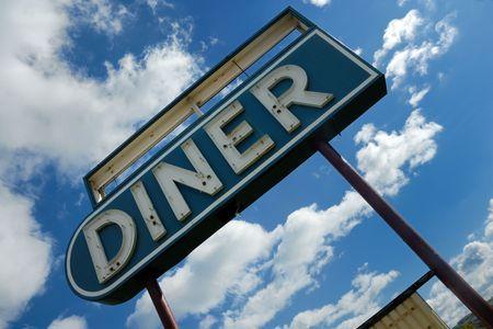 Fifties retro comedor firmar contra cielo azul - vintage Americana Foto de archivo