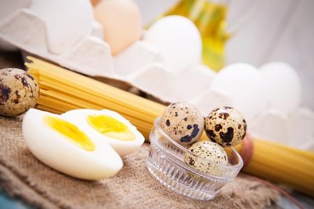 Quelques oeufs différents avec macaronis et huile Banque d'images - 40886417