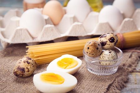 Quelques oeufs différents avec macaronis et huile Banque d'images - 40886421