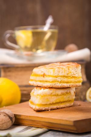 pie de limon: tarta de limón fresco con té, frutos de limón en el libro viejo