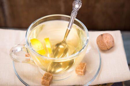 lemon pie: tarta de lim�n fresco con t�, en el libro viejo