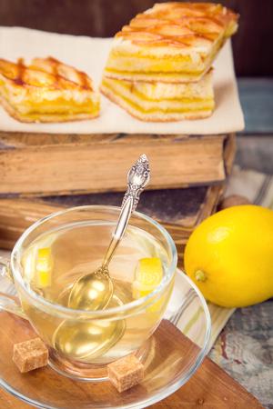 lemon pie: tarta de lim�n fresco con t�, frutos de lim�n en el libro viejo