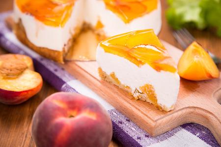 melocoton: pastel de durazno en la placa con los melocotones frescos y lechuga en el estudio