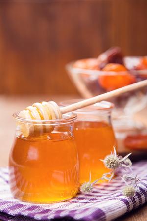 frutas secas: flores frescas transl�cidos miel en envases de vidrio con frutos secos