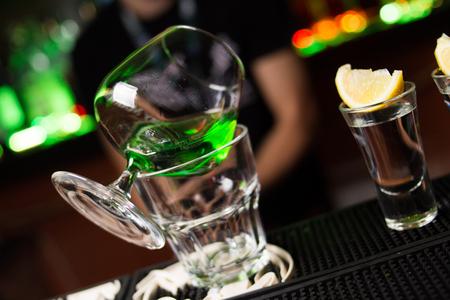 ajenjo: una c�cteles sin alcohol y la absenta es hermosa en vidrio, en el restaurante Foto de archivo