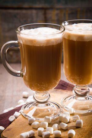 caffè caldo e fresco con marshmallow bianco in tazza di vetro
