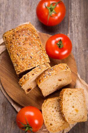 legumbres secas: fresh tomato bread with sesame and fresh red tomatoes Foto de archivo