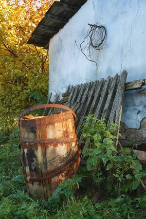 stoop: old barrel near the house.old fence