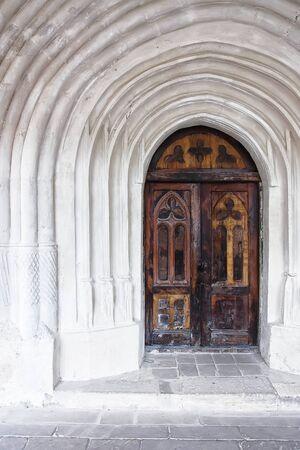 tocar la puerta: detalle de una puerta de la iglesia o castillo de edad. Puerta de madera vieja