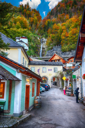 Beautiful street in Hallstatt village in Austrian Alps. Autumn landscape. Location: resort village Hallstatt, Salzkammergut region, Austria, Alps. Europe. 免版税图像