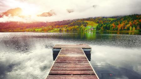 Idyllic autumn scene in Grundlsee lake. Location: resort Grundlsee, Liezen District of Styria, Austria, Alps. Europe. 免版税图像