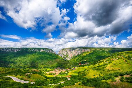Turda gorge Cheile Turzii is a natural reserve with marked trails for hikes on Hasdate River situated near Turda close to Cluj-Napoca, in Transylvania, Romania, Europe. Stockfoto