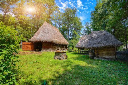 Fantastische Sommerszene in Siebenbürgen. Blick auf traditionelle rumänische Bauernhäuser. Schönheit der ländlichen Szene der Landschaft von Siebenbürgen, Rumänien, Europa.