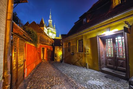 Splendide vue du soir sur la cité médiévale. Vue nocturne de la ville historique de Sighisoara et de la tour de l'horloge construite par les Saxons, Transylvanie, Roumanie, Europe