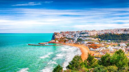 Picturesque Peschici with wide sandy beach in Puglia, adriatic coast of Italy. Location Peschici, Gargano peninsula, Apulia, southern Italy, Europe. Foto de archivo - 134181166