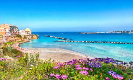 Otranto - kustplaats in Puglia met turquoise zee. Italiaanse vakantie. Stad Otranto, provincie Lecce op het schiereiland Salento, Puglia, Italië Stockfoto