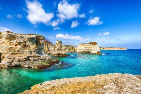 Paysage marin pittoresque avec des falaises, arche rocheuse à Torre Sant Andrea, côte du Salento, région des Pouilles, Italie