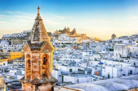 Vue sur la vieille ville blanche d'Ostuni et la cathédrale au lever du soleil. Brindisi, Pouilles, sud de l'Italie. L'Europe ?.